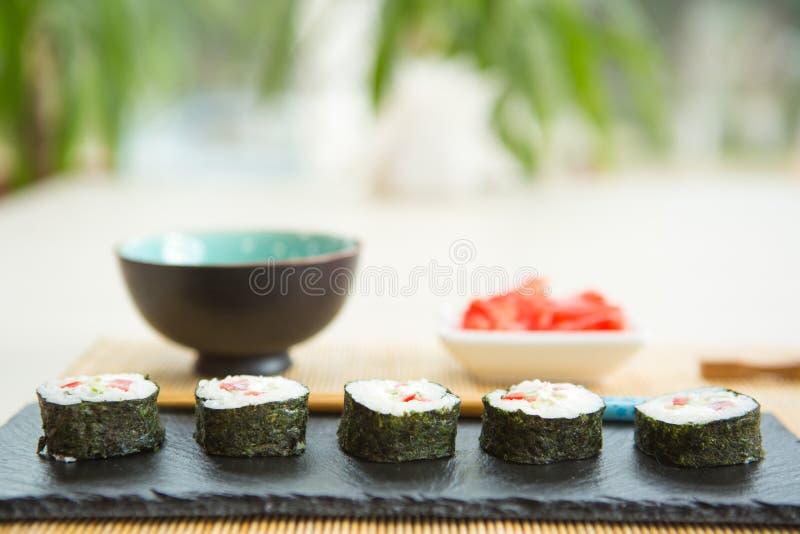 Rotolo con il salmone, cucina giapponese popolare di Maki Rotolo di sushi con il formaggio cremoso, del pesce e le verdure fotografia stock libera da diritti