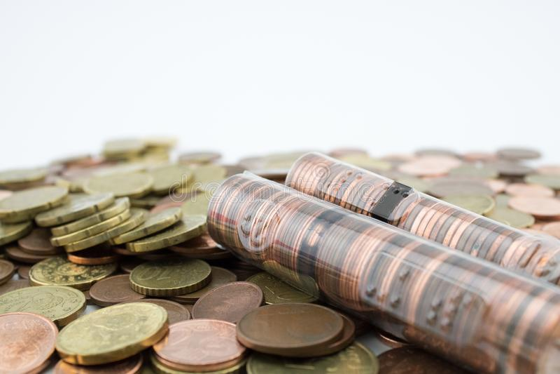 Rotolo con le monete dell'euro centesimo sopra le monete pi? varie Monete di poco valore economia fotografie stock libere da diritti