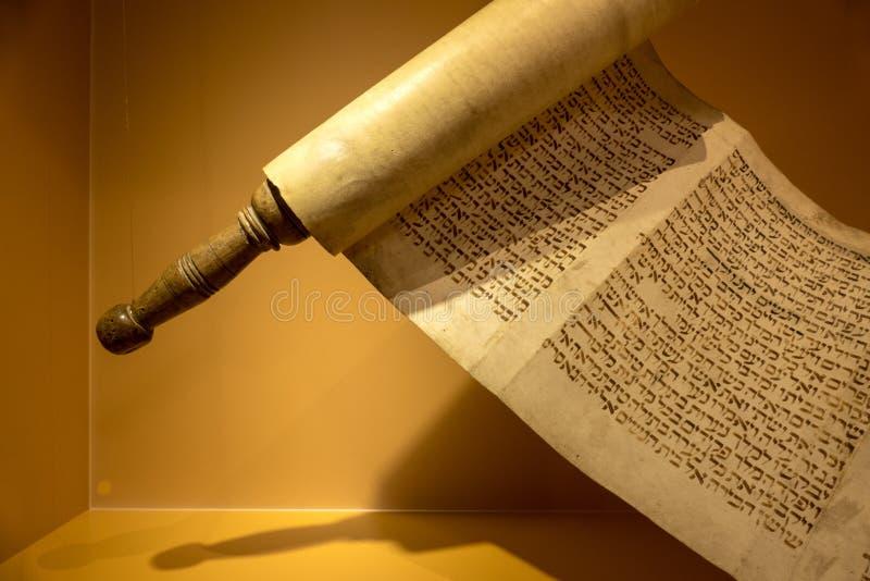 Rotolo con testo ebraico fotografie stock
