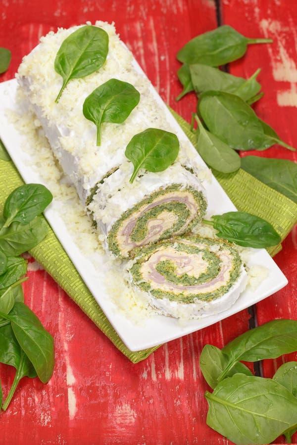 Rotolo degli spinaci con formaggio ed il prosciutto fotografia stock libera da diritti