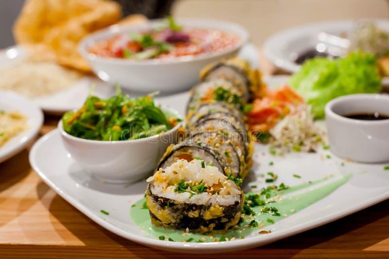 Rotolo dei sushi, alghe insalata, ceci del wakame in pomodori fotografie stock libere da diritti