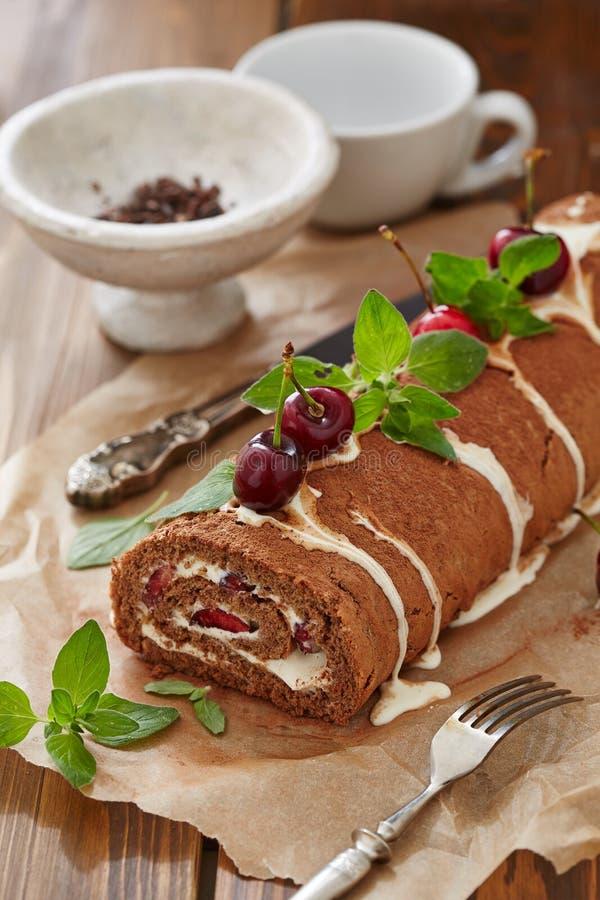 Rotolo del dolce dello svizzero con crema e le ciliege immagini stock