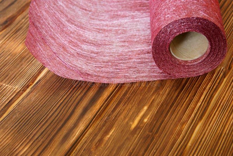 Rotolo del materiale del mestiere da feltro per cucito domestico su un fondo di legno dai bordi del pino fotografie stock