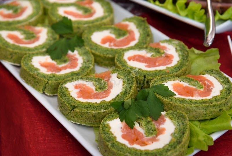 Rotolo del salmone affumicato con spinaci, alimento vegetariano del partito immagini stock libere da diritti