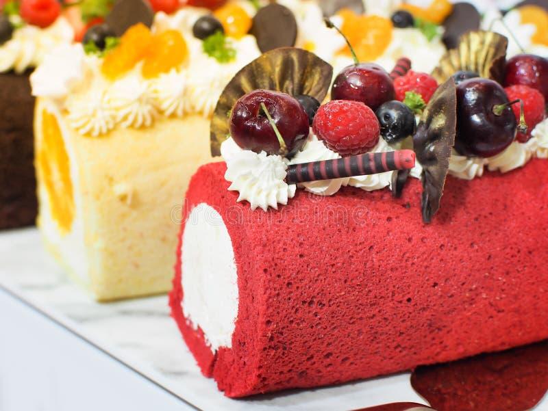 Rotolo delizioso del dolce decorare con le bacche e un pezzo di cioccolato fotografia stock libera da diritti