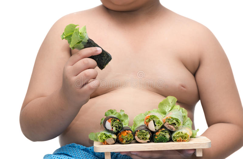 Rotolo dell'insalata sulla mano grassa del ragazzo isolata su fondo bianco immagini stock