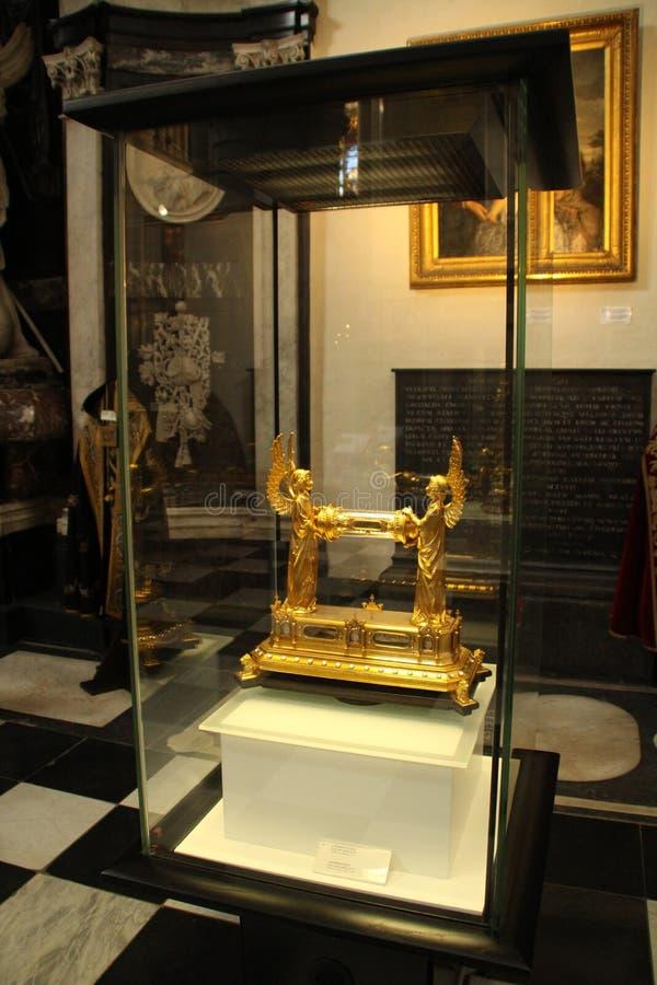 Rotolo dell'oro che tiene gli angeli immagine stock libera da diritti