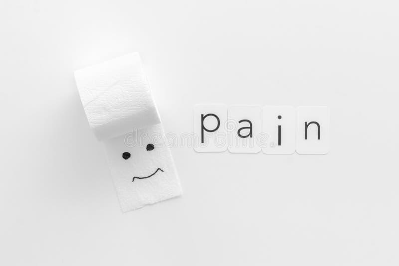 Rotolo della carta igienica con la copia dipinta di dolore e del fronte per il concetto di malattie di proctologia sulla vista su immagine stock libera da diritti