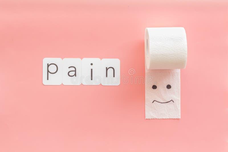 Rotolo della carta igienica con la copia dipinta di dolore e del fronte per il concetto di malattie di proctologia sulla vista su fotografie stock
