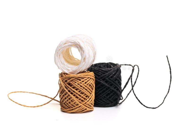 Rotolo della corda della canapa isolato su fondo bianco immagine stock libera da diritti