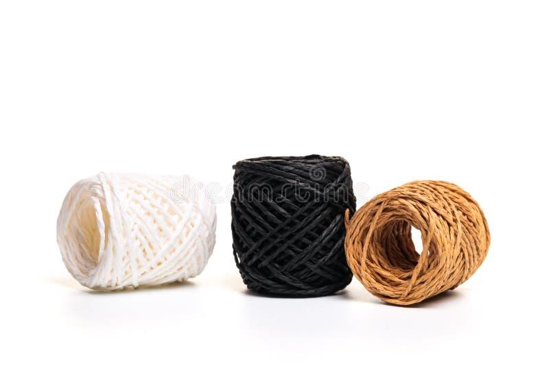 Rotolo della corda della canapa isolato su fondo bianco fotografia stock libera da diritti