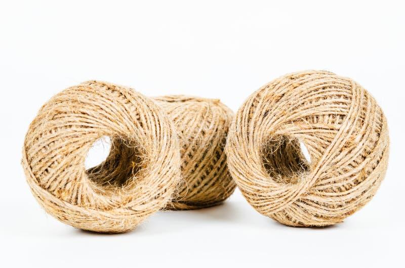 Rotolo della corda della canapa su bianco fotografia stock