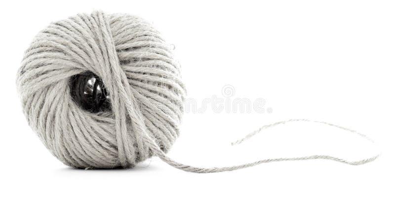 Rotolo della corda intrecciata, matassa della canapa isolata su fondo bianco immagini stock libere da diritti