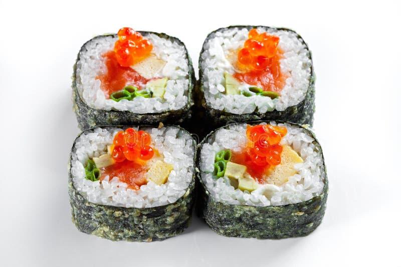Rotolo della tempura con il caviale di color salmone e rosso isolato su bianco Rulli di sushi caldi fotografia stock libera da diritti