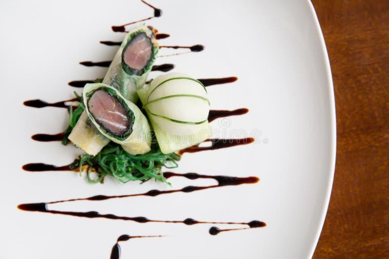 Rotolo di molla croccante del tonno di cucina di qualità superiore Haute con il ghiaccio del cucmber fotografie stock libere da diritti