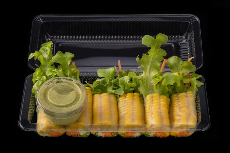 Rotolo di molla della tagliatella della verdura fresca con salsa in scatola, fotografia stock libera da diritti
