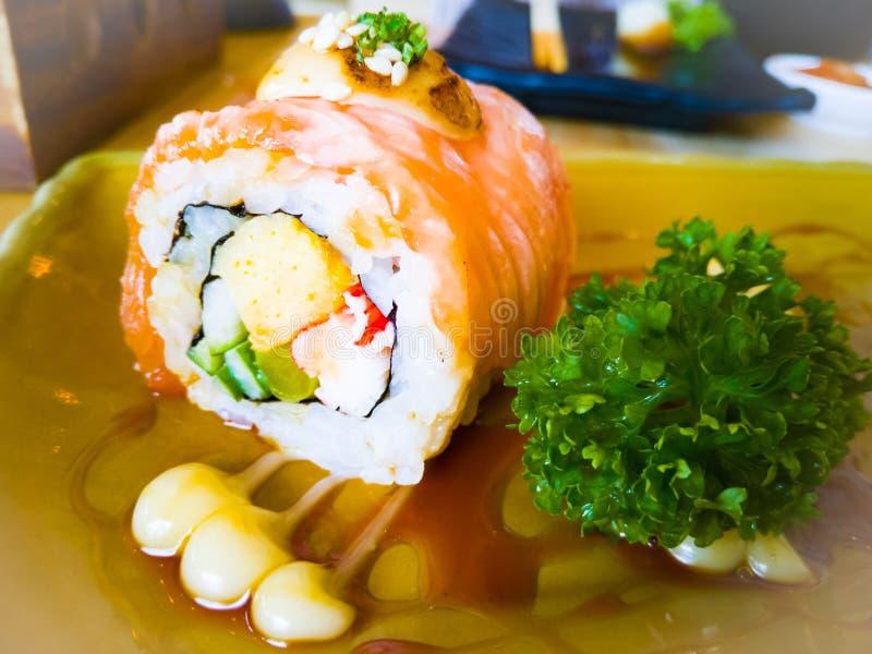Rotolo di sushi di color salmone arrostito con prezzemolo Menu dei sushi Alimento giapponese fotografie stock
