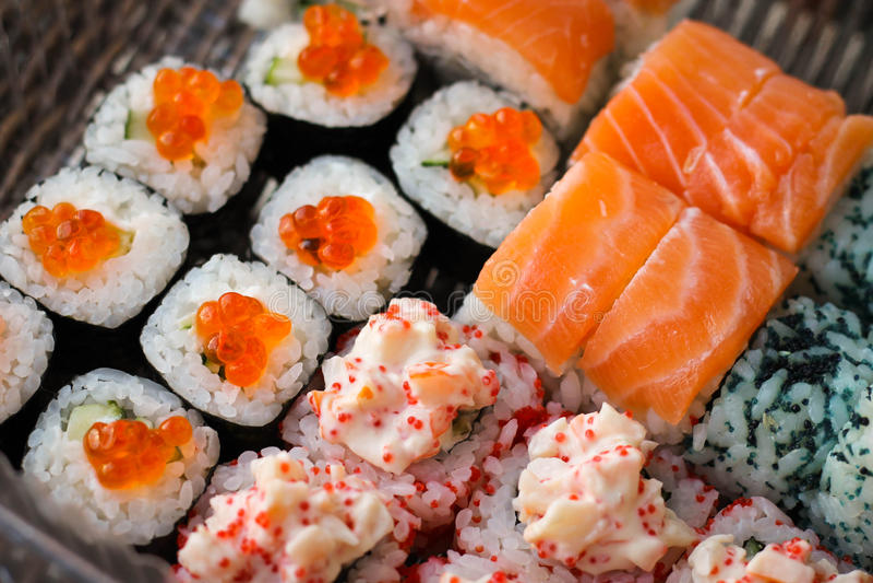 Rotolo di sushi con il pesce del caviale e del salmone fotografie stock