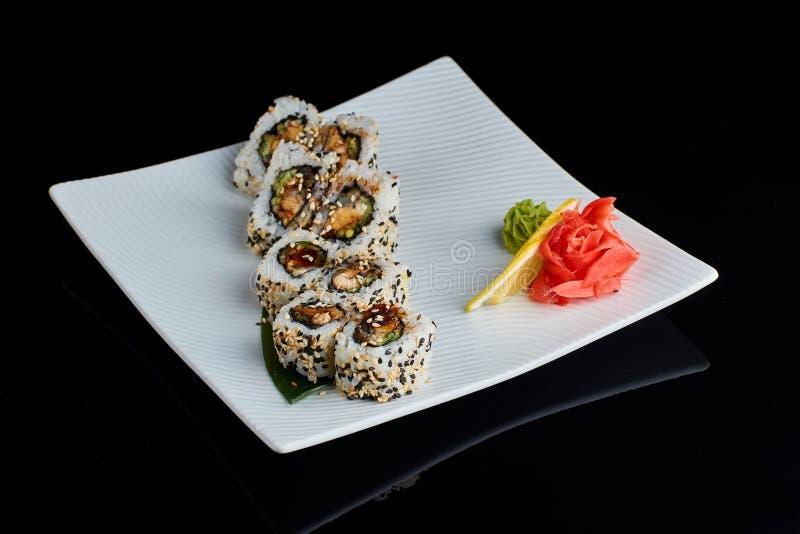 Rotolo di sushi con il pesce dell'anguilla della spezia immagini stock libere da diritti