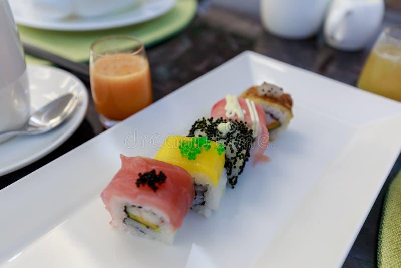 Rotolo di sushi dell'arcobaleno con il salmone, anguilla, botte, gamberetto reale, caviale fotografia stock