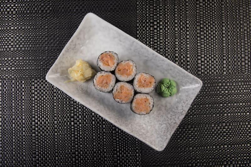 Rotolo di sushi dell'arcobaleno con il salmone, anguilla, tonno, avocado, gamberetto reale, formaggio cremoso Filadelfia, tobica  fotografia stock