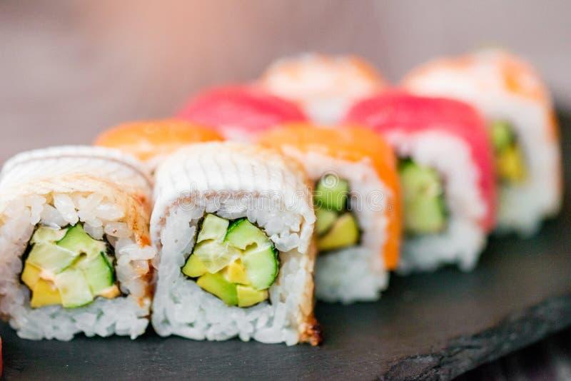 Rotolo di sushi dell'arcobaleno sulla fine del vassoio su fotografie stock