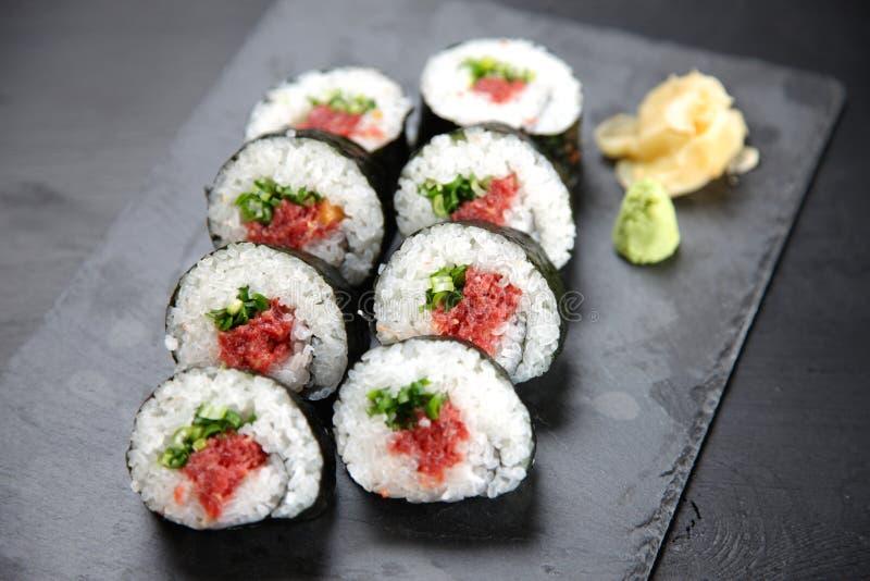 Rotolo di sushi fresco di negitoro del tonno fotografie stock libere da diritti