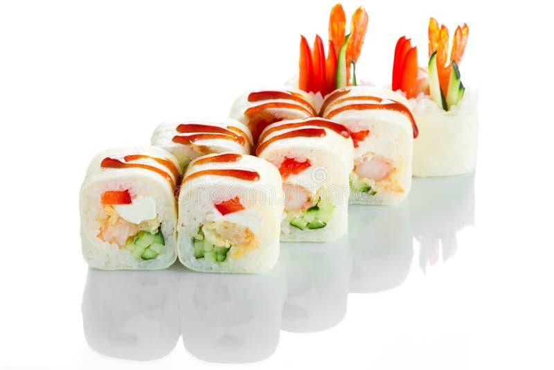 Rotolo di sushi giapponese variopinto luminoso di cucina con gamberetto, il cetriolo ed il formaggio di Philadelphia su fondo bia immagine stock