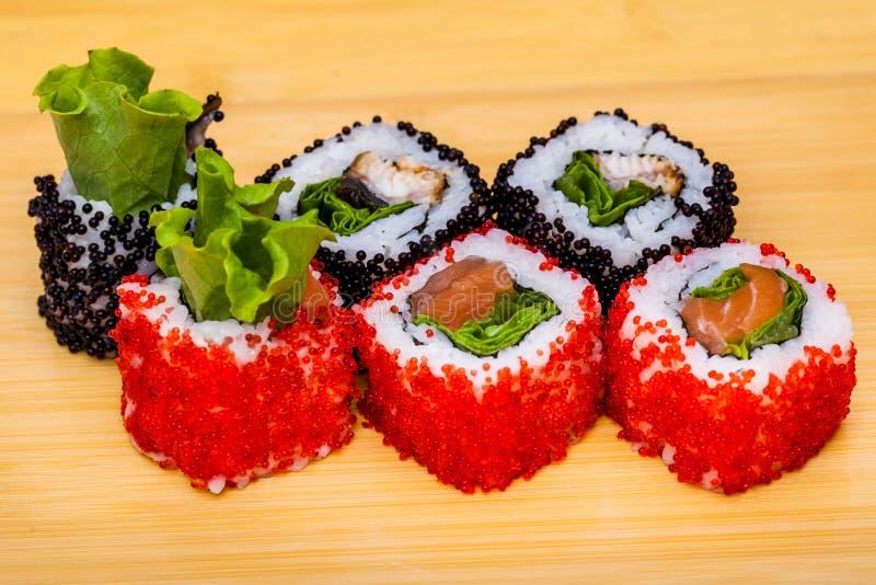 Rotolo di sushi messo su fondo di legno fotografia stock