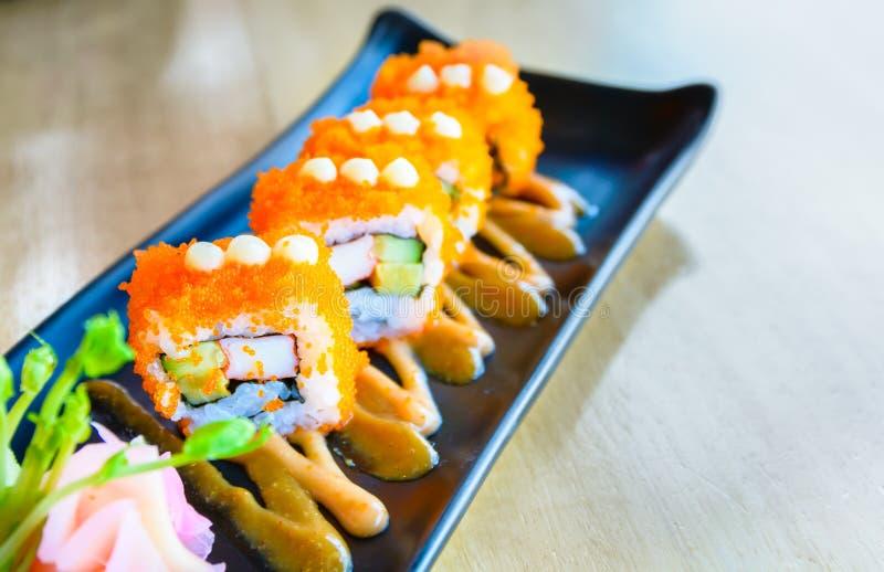 Rotolo di sushi, sushi di maki, rotolo di California con il tobiku, FO giapponesi immagini stock libere da diritti