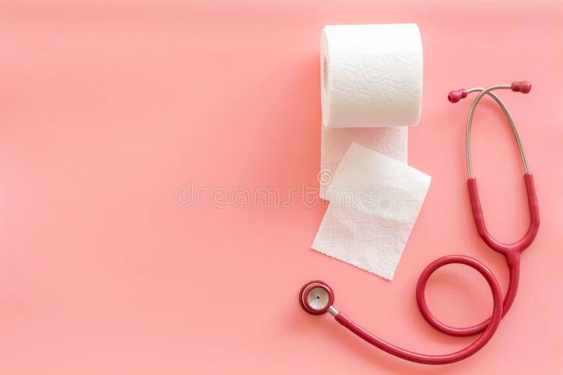 Rotolo e stetoscopio della carta igienica per il concetto di malattie di proctologia sul modello di vista superiore del fondo di  immagine stock libera da diritti