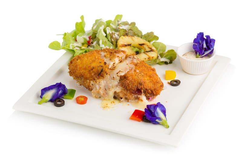 Rotolo farcito del pollo con formaggio e salvia isolati sulla b bianca immagine stock