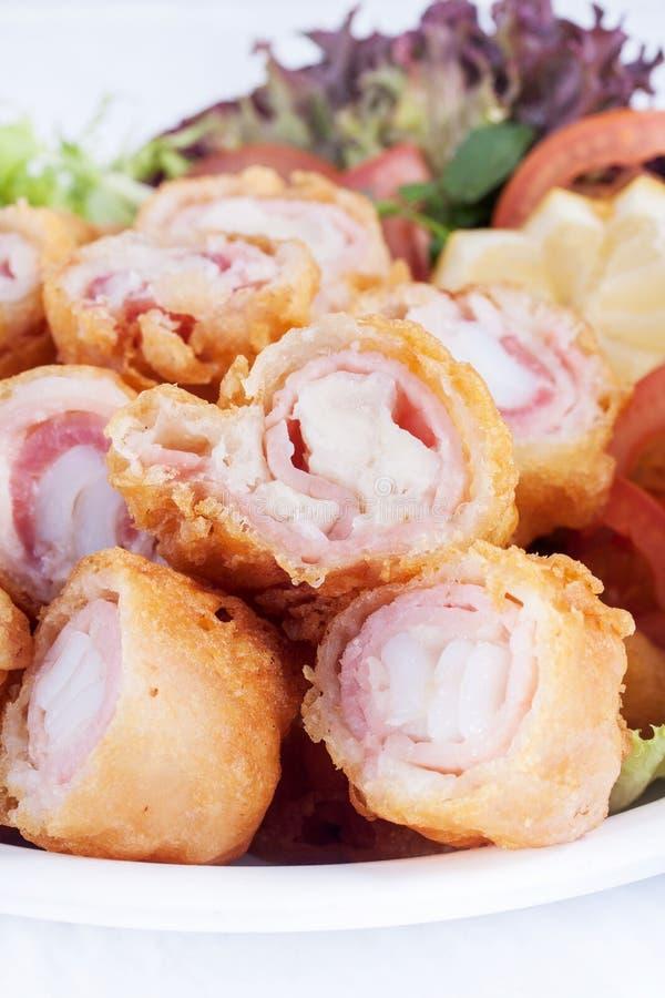 Rotolo fritto nel grasso bollente del bacon fotografie stock libere da diritti