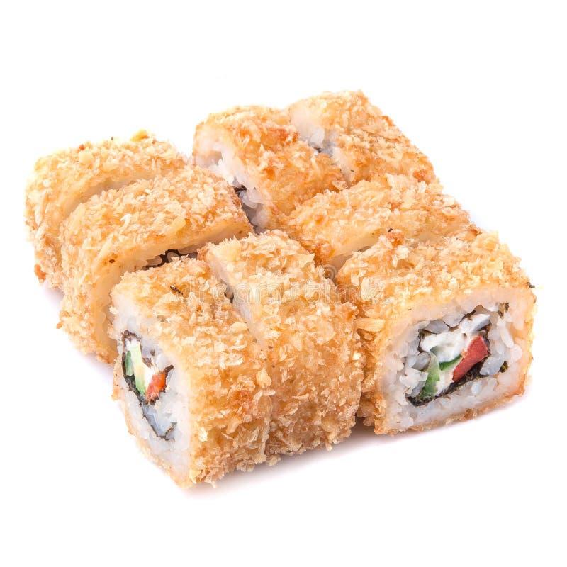 Rotolo giapponese fritto nel grasso bollente della tempura con paprica, cetriolo, tomatoe fotografia stock