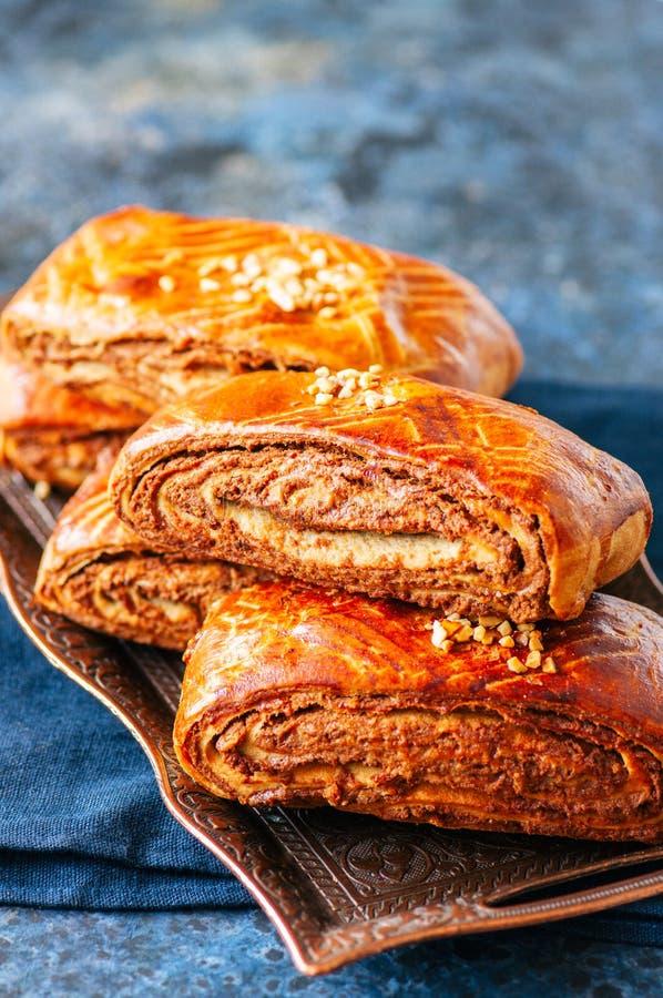 Rotolo turco tradizionale della pasticceria con cioccolato e materiale da otturazione matto fotografia stock libera da diritti