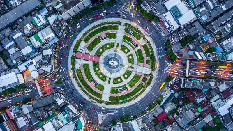 Rotonda aerea con i lotti dell'automobile, vista aerea roa della strada di vista superiore fotografia stock