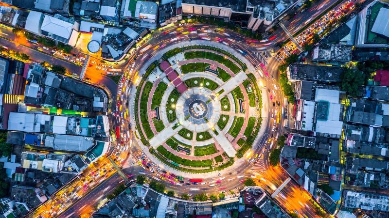 Rotonda aerea con i lotti dell'automobile, vista aerea roa della strada di vista superiore fotografie stock