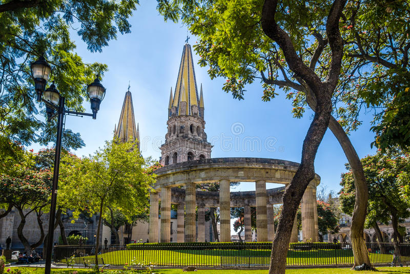 Rotonda de los Jalisciences Ilustres和大教堂-瓜达拉哈拉,哈利斯科州,墨西哥 免版税图库摄影