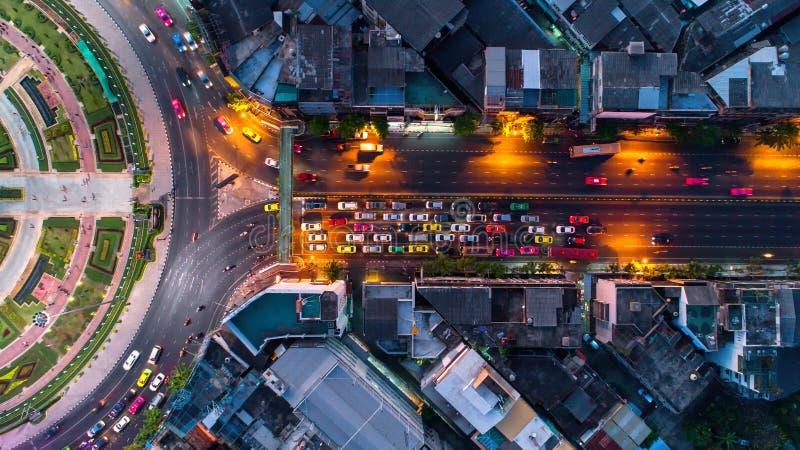 Rotonda della strada di vista aerea, superstrada con i lotti dell'automobile nella CIT fotografia stock