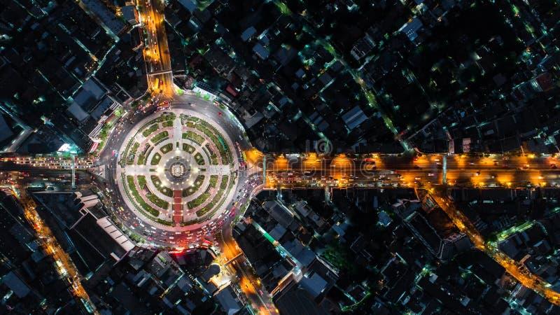 Rotonda della strada di vista aerea, superstrada con i lotti dell'automobile nella CIT fotografie stock