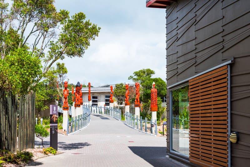 ROTORUA, NIEUW ZEELAND - OKTOBER 10, 2018: Traditioneel Maori Carved Sculptures Exemplaarruimte voor tekst stock fotografie
