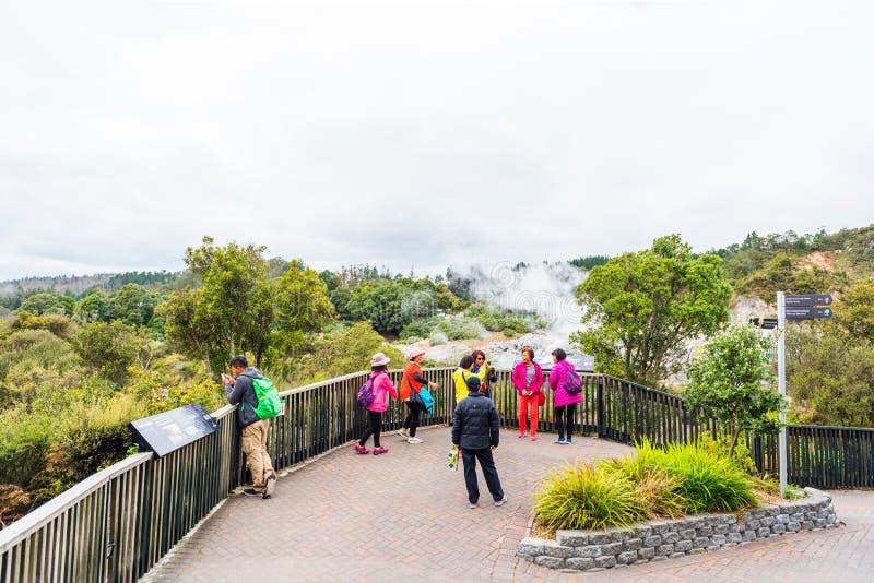 ROTORUA, NOUVELLE-ZÉLANDE - 10 OCTOBRE 2018 : Geyser de Pohutu, Te Puia Copiez l'espace pour le texte photos libres de droits