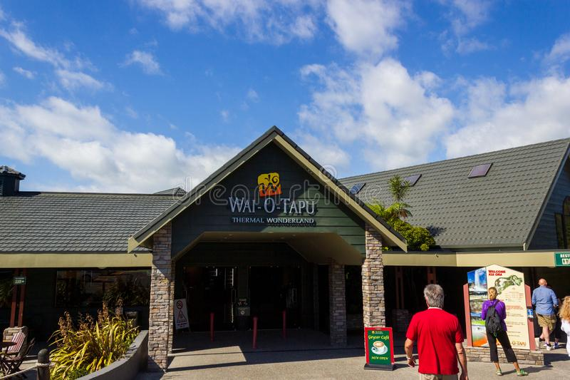 ROTORUA, NUEVA ZELANDA - 4 de marzo de 2016: Vista de la entrada al país de las maravillas termal de Wai-O-Tapu Copie el espacio  imágenes de archivo libres de regalías