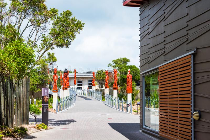 ROTORUA, NUEVA ZELANDA - 10 DE OCTUBRE DE 2018: Maori Carved Sculptures tradicional Copie el espacio para el texto fotografía de archivo