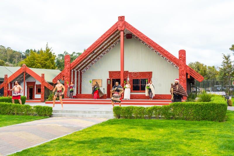 ROTORUA NYA ZEELAND - OKTOBER 10, 2018: Tamaki Maori dansare i traditionell klänning på termiska Whakarewarewa parkerar arkivbild