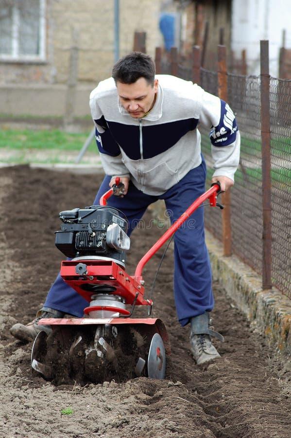 rototilling ogrodowy mężczyzna zdjęcia stock