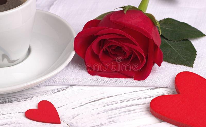 Rotrose und -herz formen auf weißen hölzernen Hintergrund, Valentinsgruß ` s Tageskonzept, Liebessymbol lizenzfreies stockfoto