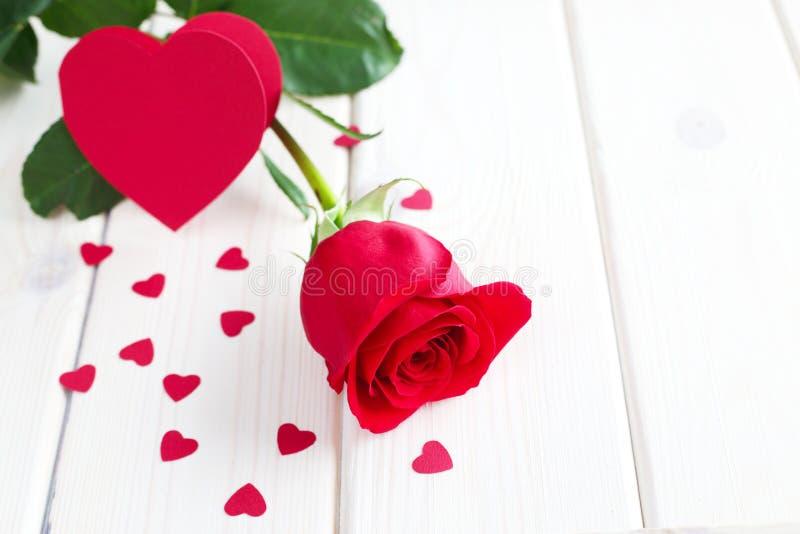 Rotrose und kleine Herzen stockfotos