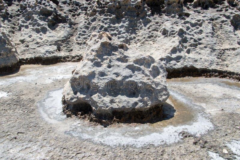 Rots binnen natuurlijke zoute pannen/vulklei die dichtbij Azure Window in eiland Gozo, Malta missen royalty-vrije stock afbeeldingen