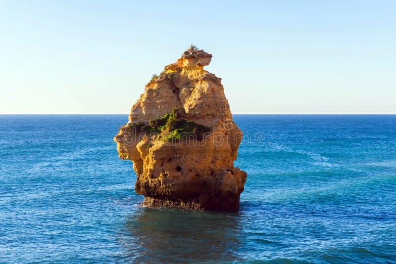 Rots dichtbij Praia DA Marinha in Algarve gebied, Portugal royalty-vrije stock fotografie